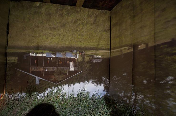 Black box (uvnitř – projekce obrazu okolí / inside – projection of outside surroundings)
