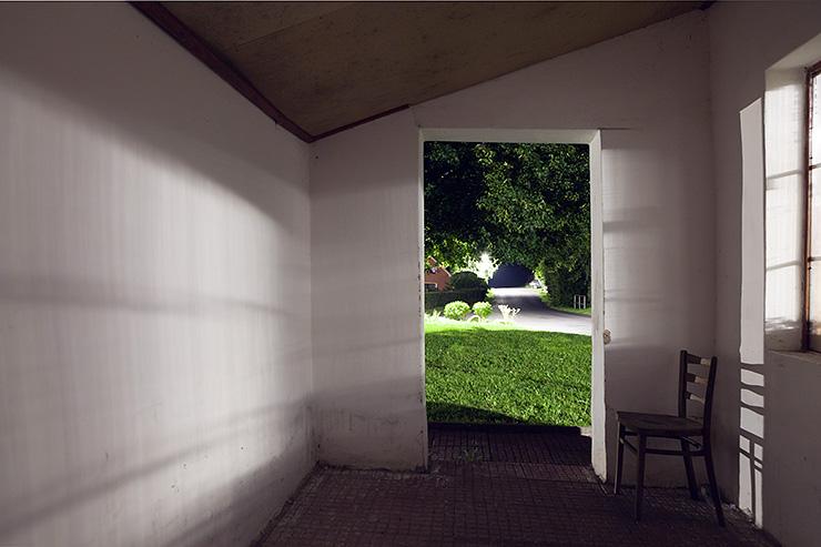 prostor interiéru autobusové zastávky před instalací